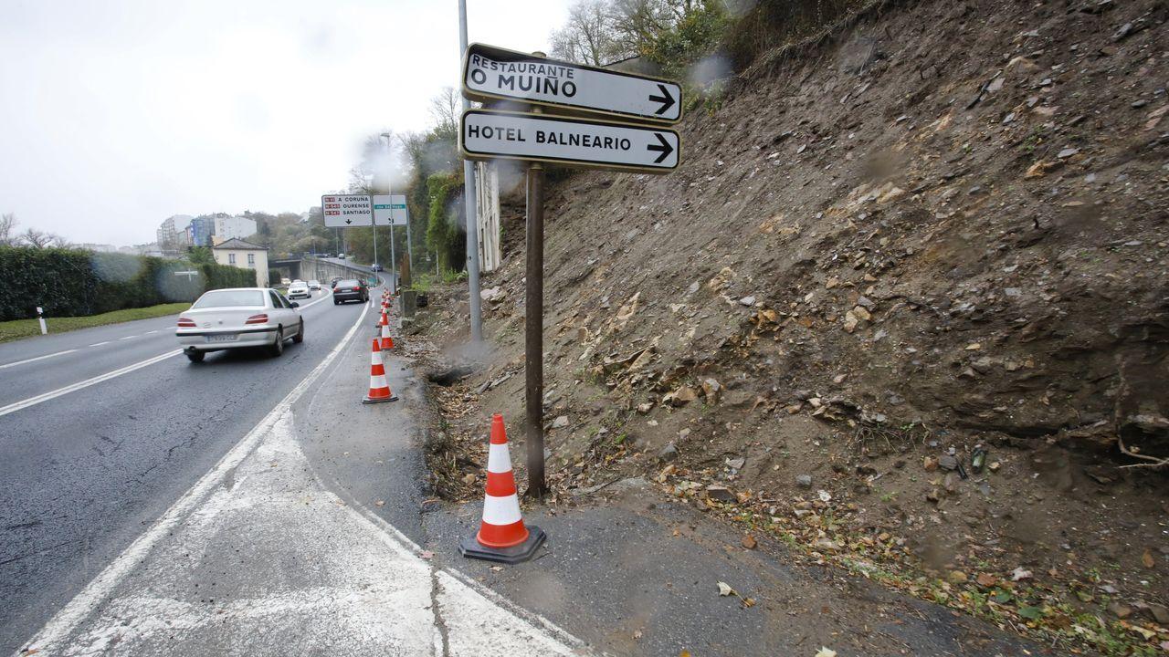 «Se o monxe Künig hai máis de 500 anos fixo unha guía é mágoa non recuperala».Obras de mejora del firme de la carretera N-540, este lunes en la travesía de A Barrela (Carballedo)