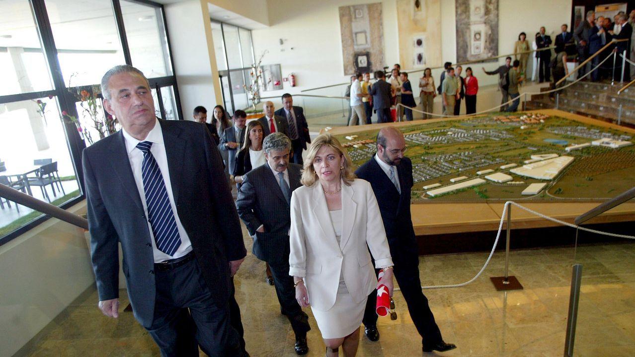 Jove, acompañado de la consejera de Hacienda de la Comunidad de Madrid, Engracia Hidalgo, durante la inauguración del complejo Ciudad Jardín de ocio, turismo y juego, ubicado en Aranjuez