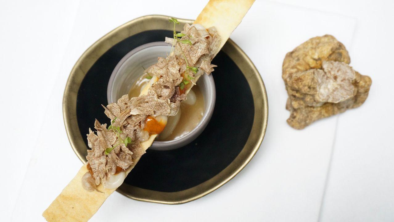 Restaurante Cebo. Aurelio Morales es un enamorado del tartufo bianco y de platos como este Caldito de butifarra del perol, judía blanca tierna y erizo.