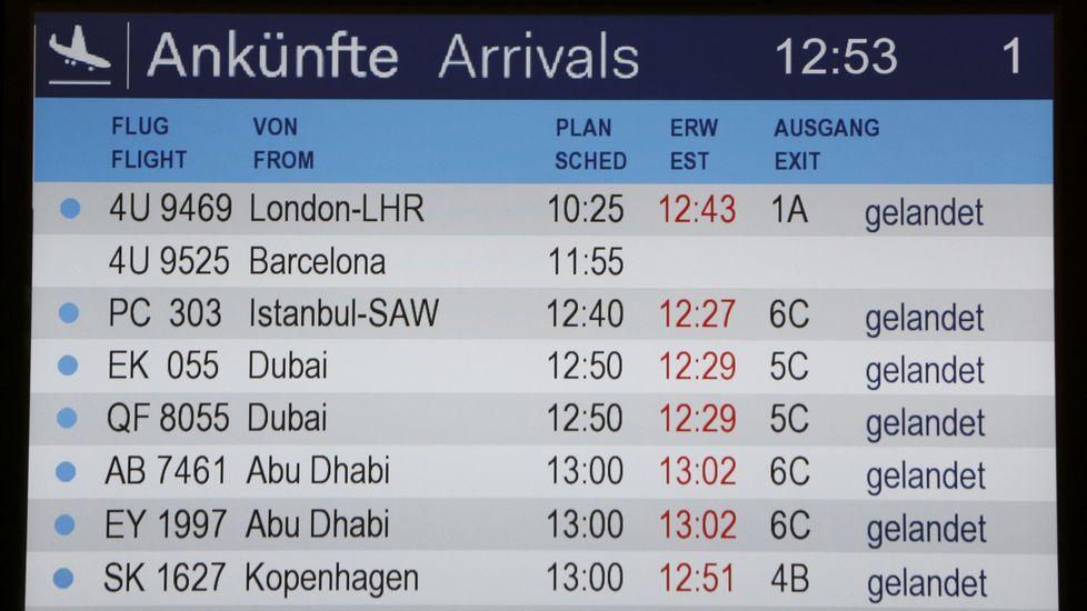 Panel de llegada de vuelo en el areopuerto de Duesseldorf, donde aparece en blanco la información sobre el vuelo siniestrado