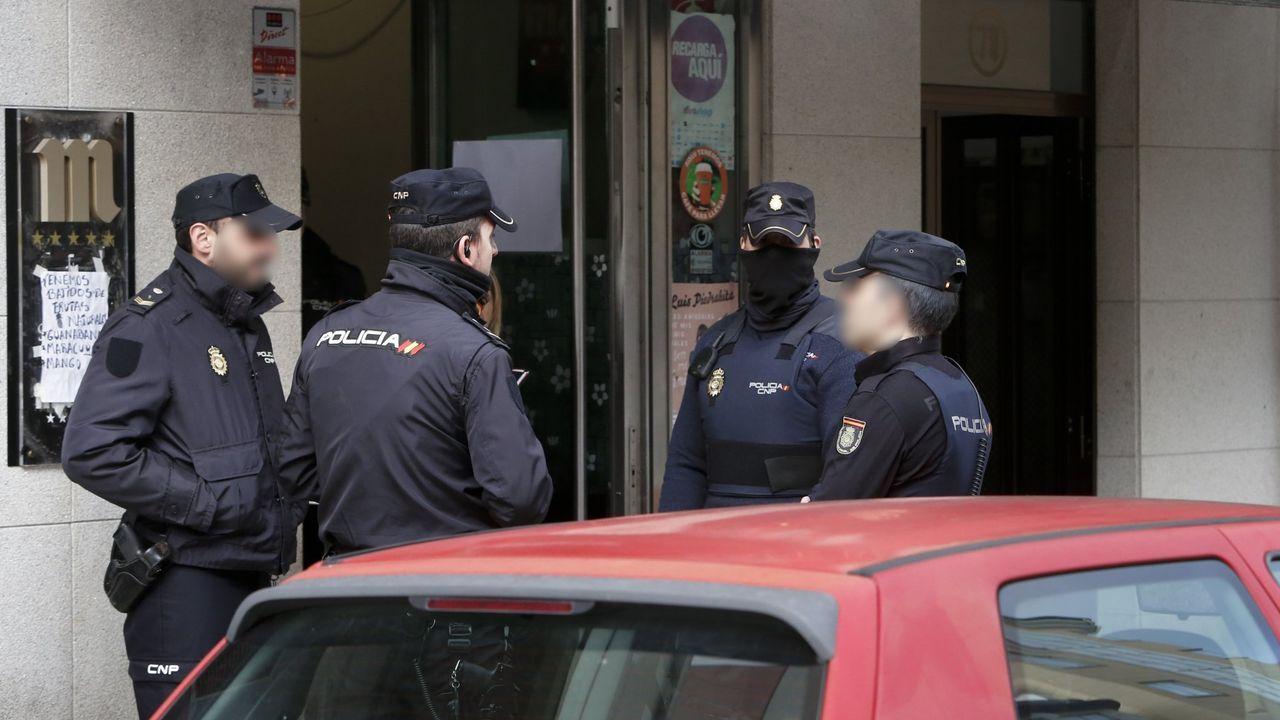Asturias vive su primer día de confinamiento.Efectivos de la Policía Nacional