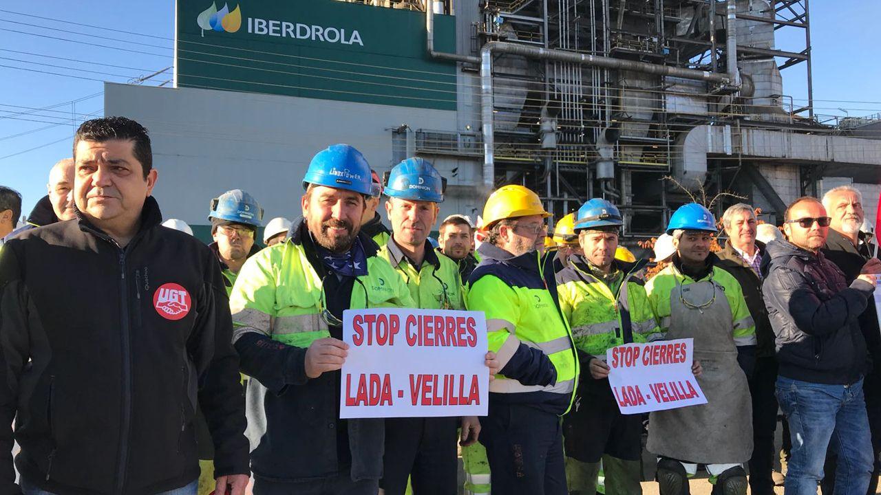 Día Universal del Niño.Trabajadores de la térmica de Lada durante las protestas