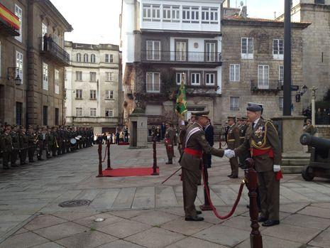 El general Abajo saludando a las distintas personalidades que asistieron al acto de la Pascua Militar