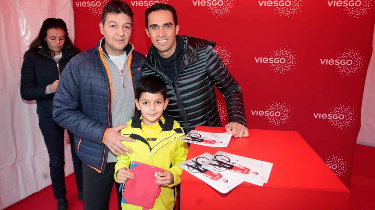 Contador da la salida en la carrera nocturna de Lugo.El ciclista asturiano Dani Navarro