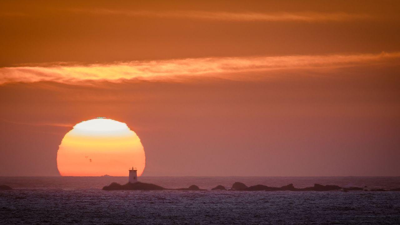 Puesta de sol con rayo verde en el limbo superior sobre las islas Serralleiras. La fotografía del ocaso se realizó desde Nigrán.