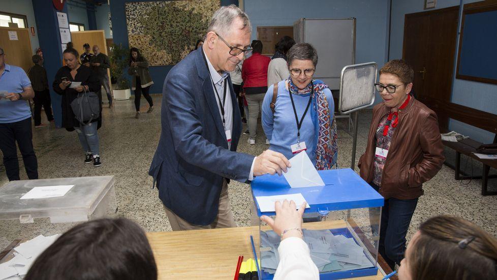 Jornada de elecciones. Vota el candidato del BNG de Carballo, Evencio Ferrero, en el IES Alfredo Brañas