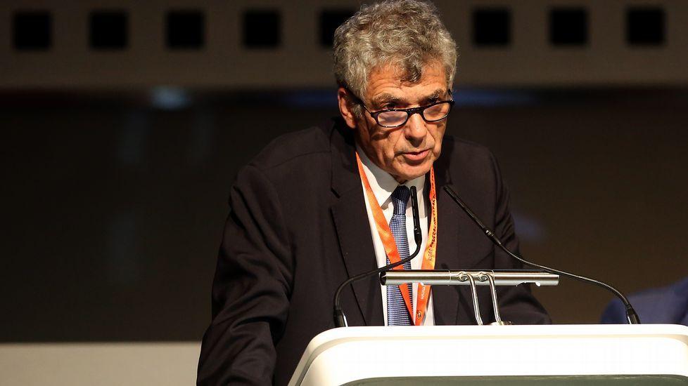 Jorge Pérez, entre los gallegos Elías Espiñeira y Noé López, en el acto de ayer.