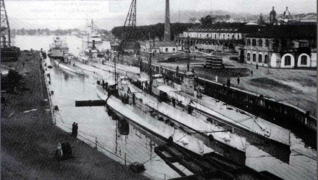 Dos submarinos clase B y cinco clase C de la Armada Española, atracados en el puerto del Ferrol en 1928 y usados más tarde durante la Guerra Civil