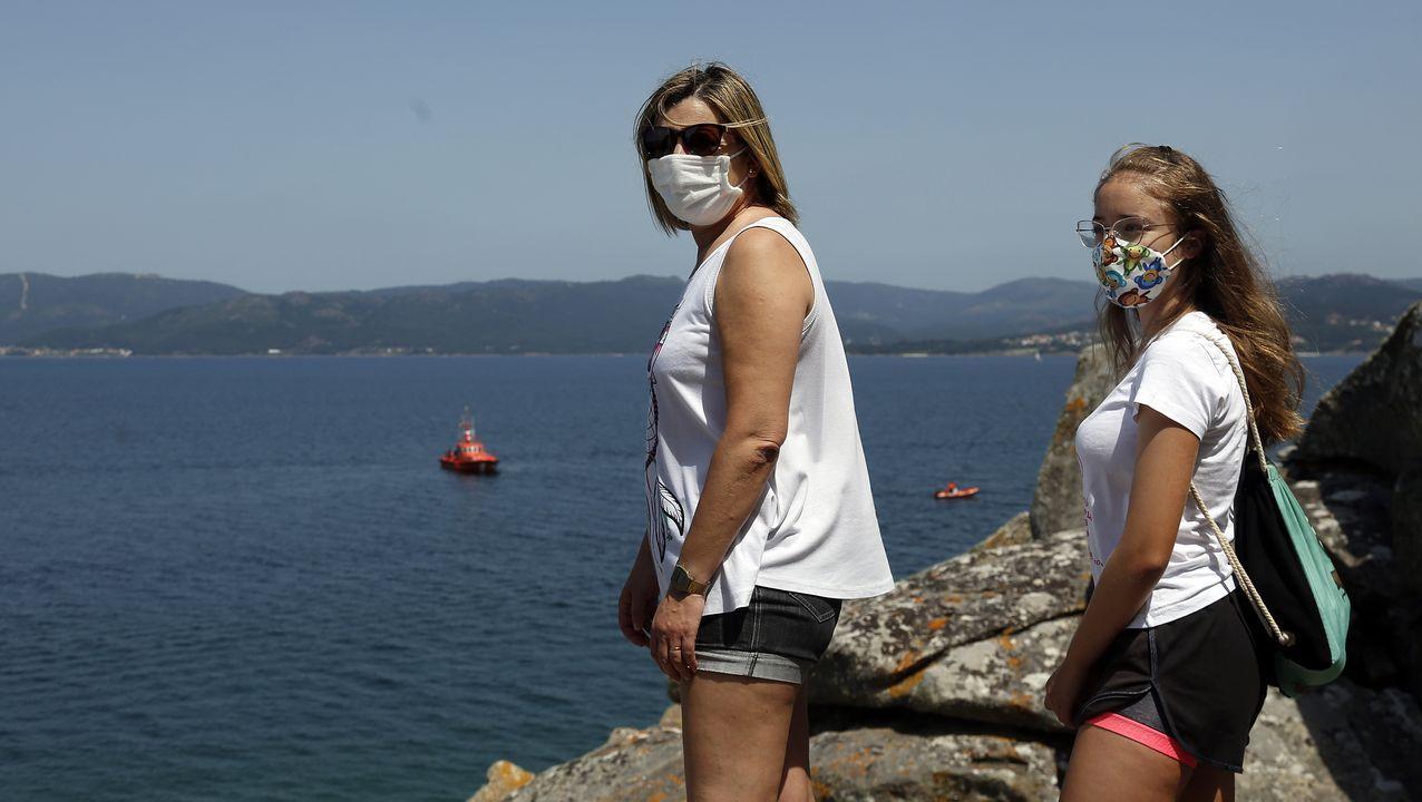 Amigos y conocidos de los tres ocupantes aportaron su grano de arena buscando a lo largo de la costa de Porto do Son