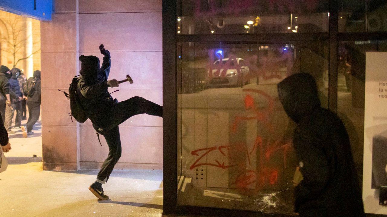Saqueos y vandalismo en Barcelona, en imágenes.Disturbios en Girona