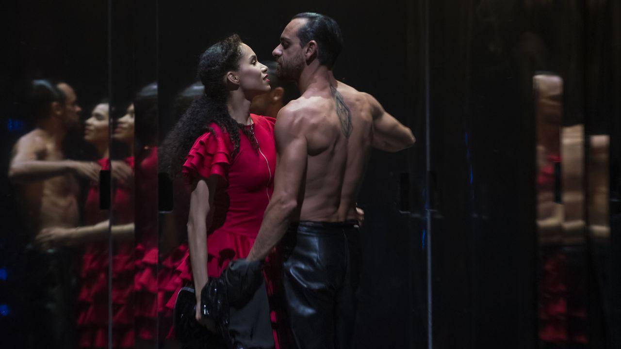 Dos miembros de la Compañía Nacional de Danza (CND) de España durante un ensayo de la obra «Carmen»