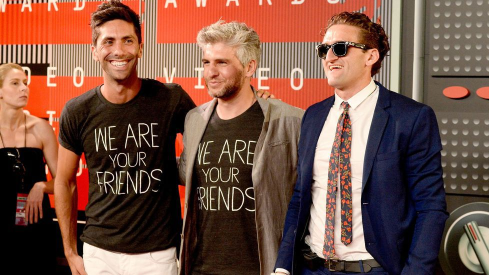 El productor Nev Schulman, el director Max Joseph y un invitado, en la gala de los MTV Video Music Awards 2015