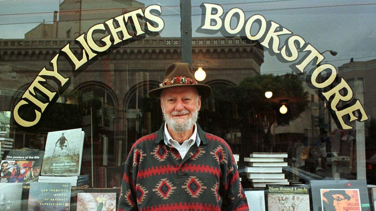 Ferlinghetti, ante su librería de San Francisco en 1998
