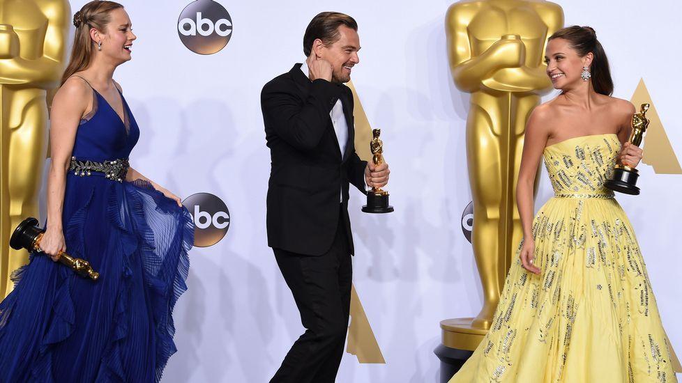 Leonardo Di Caprio, entre las mejor actriz principal, Brie Larson, y la mejor actriz de reparto, Alicia Vikander.