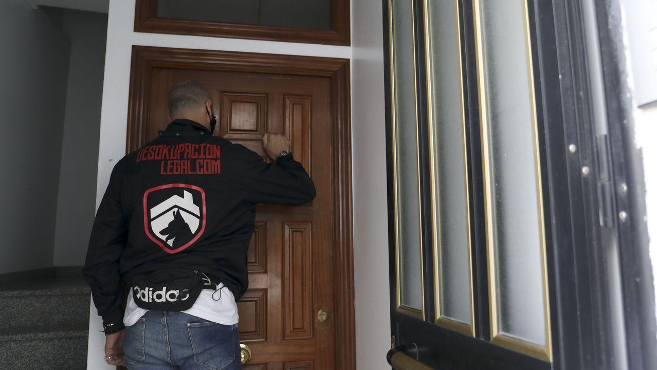 Desalojan dos pisos okupados en la avenida de Fisterra, en A Coruña.Cada vez es más habitual que se recurra a empresas mediadoras para solventar las ocupaciones ilegales de viviendas