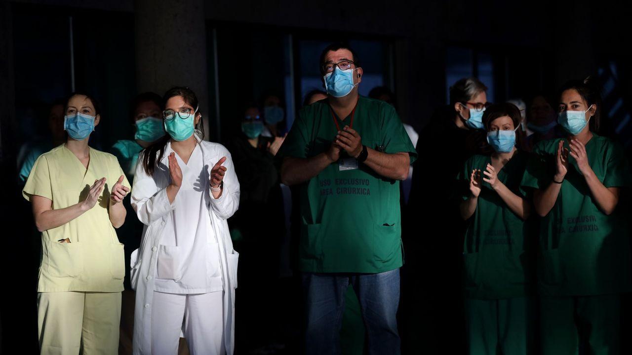 Personal sanitario del CHUS, en Santiago, aplaudiendo