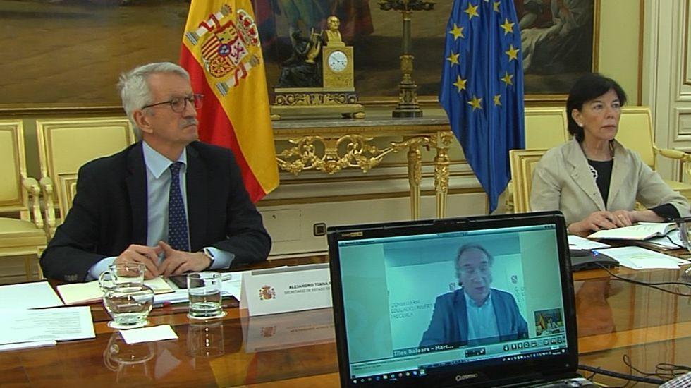 Isabel Celaá, ministra de Educación, y Alejandro Tiana, secretario de Estado de Educación, en la videoconferencia con los consejeros