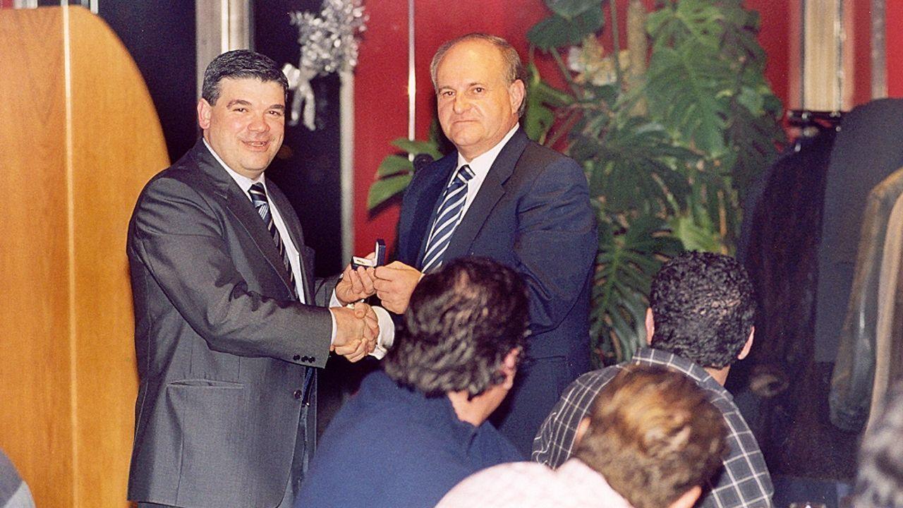 La vida de Felipe de Edimburgo, en imágenes.Santi Picallo, actual presidente del Cisne, le entrega la insignia de oro a José Ramón Monteagudo (derecha) en el 2004