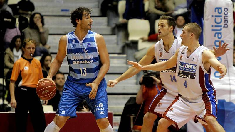 El Obra triunfa en Pisuerga.Cedric Belemene, con el balón, intentando deshacerse de dos jugadores del Cajasol.