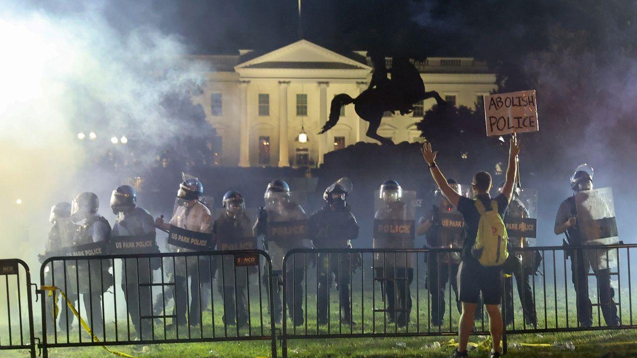 Los aAntiditurbios mantuvieron a raya a los manifestantes en el parque Lafayette, frente a la Casa Blanca