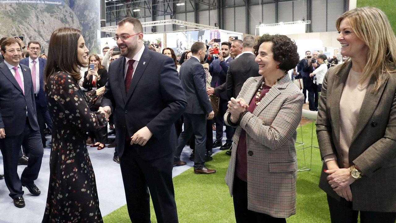Letizia Ortiz saluda a Adrián Barbón, en presencia de Berta Piñán y Graciela Blanco, en Fitur