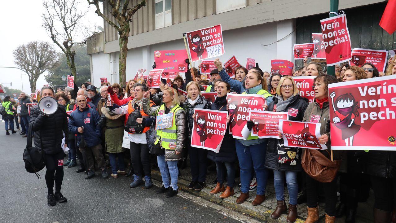 Los vecinos de Verín protestan ante el Parlamento por el cierre del paritorio.Balasto y traviesas desplegadas, así como algún poste de catenaria, en Vilar de Barrios, en el tramo del AVE entre Pedralba y Ourense