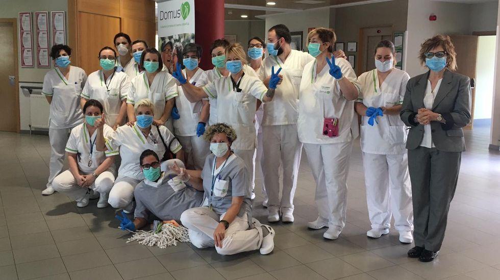 Miedo e indignación entre los sanitarios que han usado las mascarillas defectuosas.Parte del personal de DomusVi en Barbadás, celebrando haber dado negativo en coronavirus