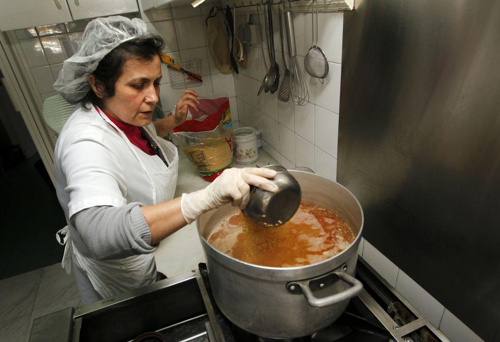 Manchester City 0-0 Real Madrid: números y frases.Marisa, la cocinera de Cáritas de Vilagarcía, busca acomodo a todos los alimentos que se donan.