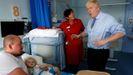 Boris Johnson, durante su visita al hospital Royal Cornwall en Truro