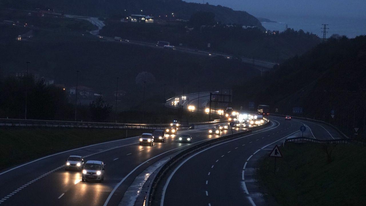 Carretera entre Cantabria y el Pais Vasco durante un día del estado de alarma