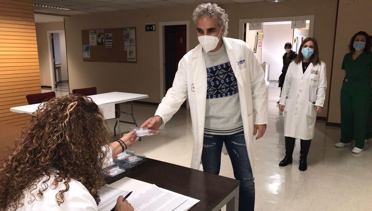 Los trabajadores delhospital gallego más castigado, el Chuac.Los trabajadores de la sanidad pública coruñesa ya han comenzado recoger sus kits para el cribado colectivo del covid en los distintos hospitales y centros de especialidades de A Coruña, Betanzos y Carballo