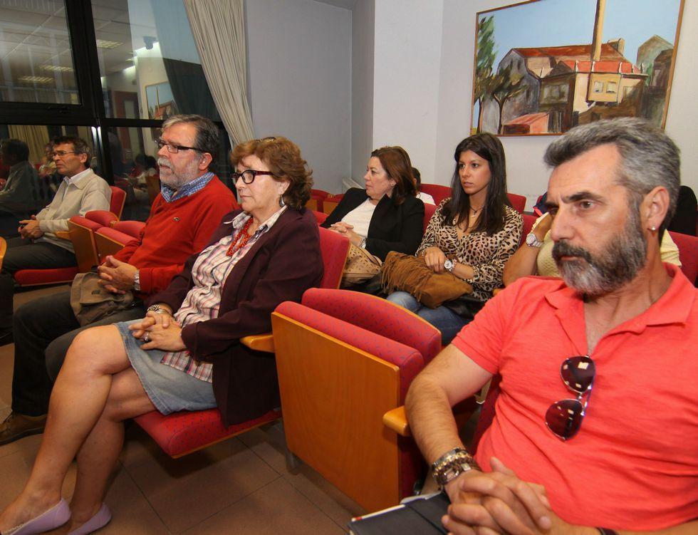 Directivas de Mulleres en Acción, con camiseta morada, junto a la jueza Paz Filgueira antes de la conferencia que ofreció en el centro social boirense.