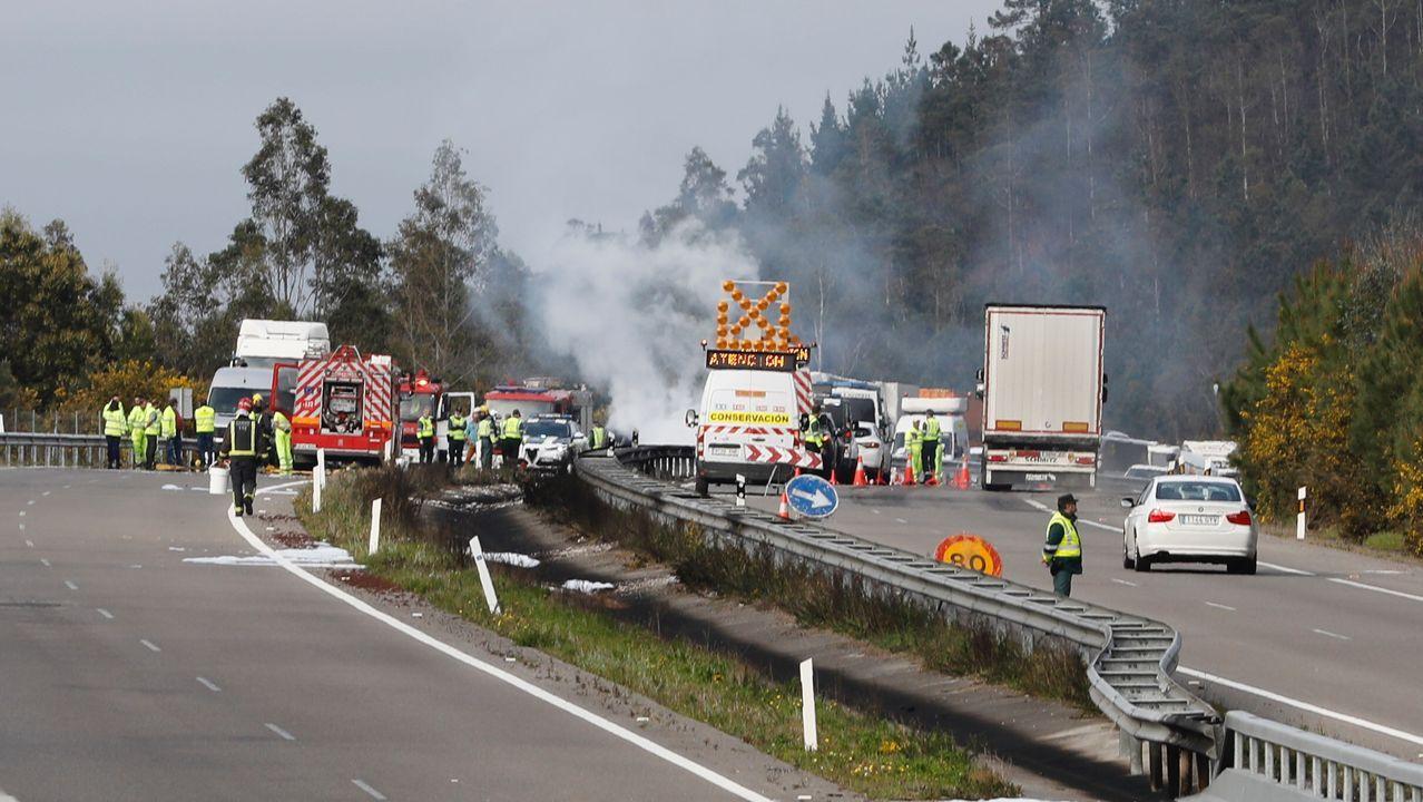 Choque de dos camiones en la A-8, en Barreiros.Los bomberos excarcelan a un fallecido en un coche