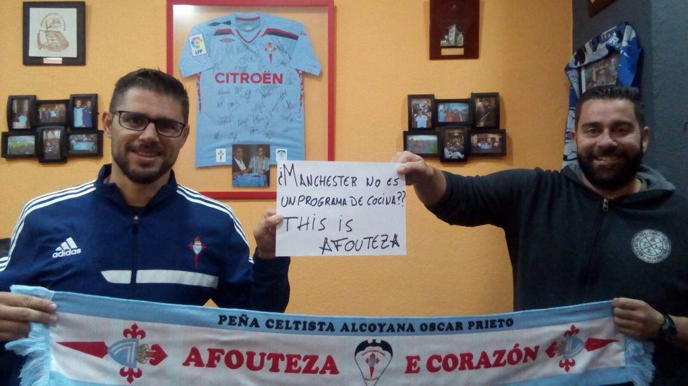 Sergio Cortés, junto con otro miembro de la peña Alcoyana, ironizan sobre el Manchester