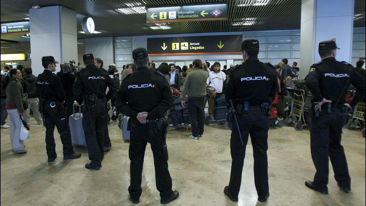 Agentes de la Policía Nacional en el aeropuerto de Barajas, en una imagen de archivo