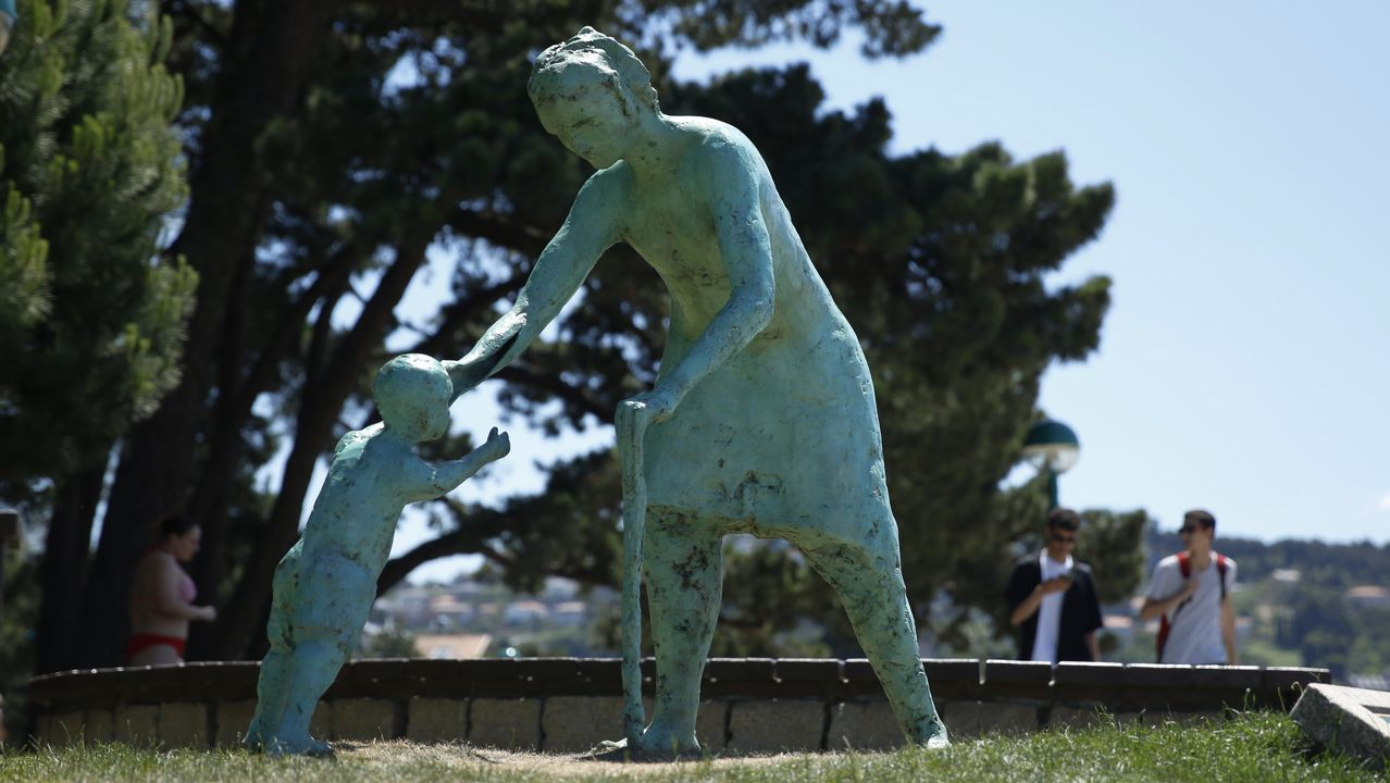 Monumento a los abuelos en Santa Cristina, Oleiros.