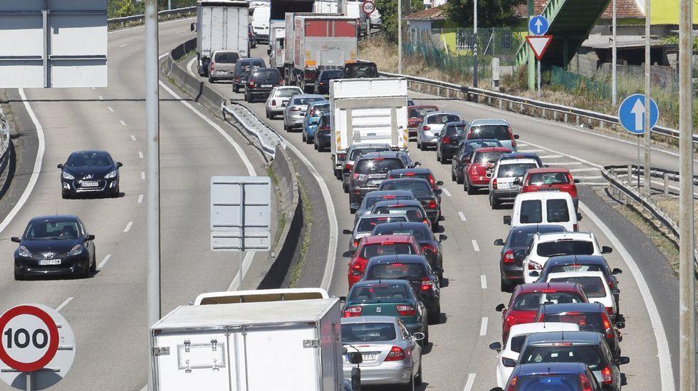 Un control de transportes de la Guardia Civil de Tráfico en una carretera de Lugo.