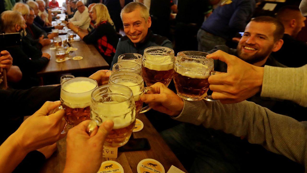 Ciudadanos checos celebran en un bar que su Gobierno ha levantado más restricciones