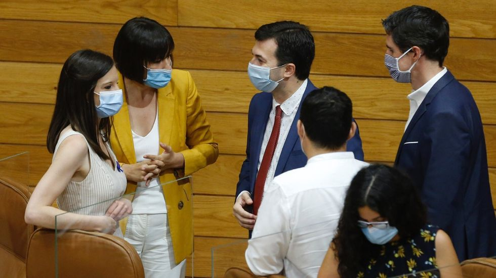 Feijoo y Planas antes de iniciar un breve paseo por el Obradoiro.Ana Pontón y Gonzalo caballero, en el centro de la imagen, charlando el día de la constitución del Parlamento de Galicia, en agosto pasado.
