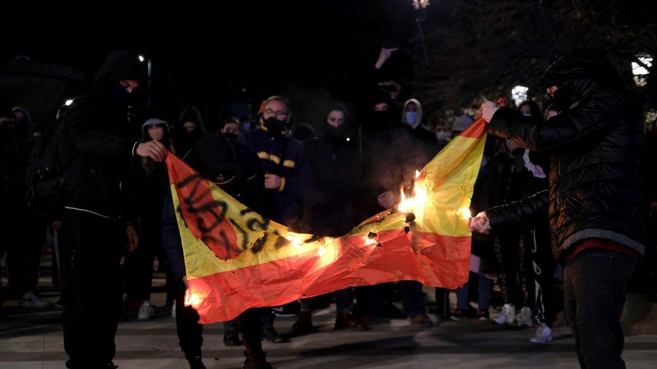 Saqueos y vandalismo en Barcelona, en imágenes.Carlos Cantero, técnico del Ensino, da unas instrucciones en un tiempo muerto en el partido ante el Kutxabank Araski