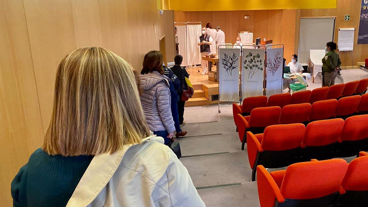 La vacunación de profesores se inició ayer en los tres hospitales públicos. En Montecelo (en la imagen) se hizo en el salón de actos
