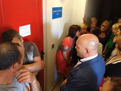 Extrabajadores de Alfageme ante las puertas del juzgado de lo Mercantil número 3 de Pontevedra en Vigo