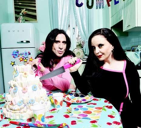 «Best Song Ever», de One Direction.Alaska y Mario partiendo la tarta