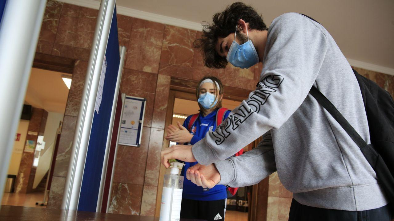 Regreso a las aulas en Ribeira.Dos alumnos del IES Ollos Grandes de Lugo, en su primer día de clase tras la pandemia