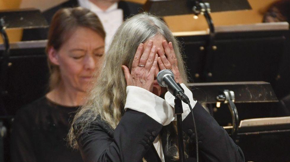 nobeldylanh.Patti Smith, emocionada mientras interpreta «A Hard Rain's Gonna Fall», canción escrita por Bob Dylan, durante la ceremonia de los Nobel.