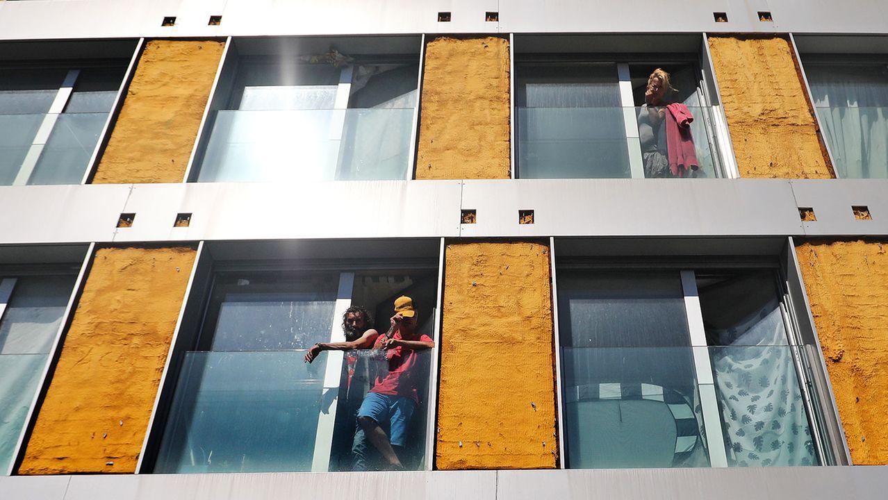 Desocupan dos pisos en Lugo tras 40 horas de tensión.Esta semana el centro cultural Unitaria de San Pedro recibió la visita de los ladrones, que dejaron todo revuelto, como se ve en las imágenes que la entidad subió a sus redes sociales. Los vecinos aseguran que es el tercer incidente de este tipo en un mes