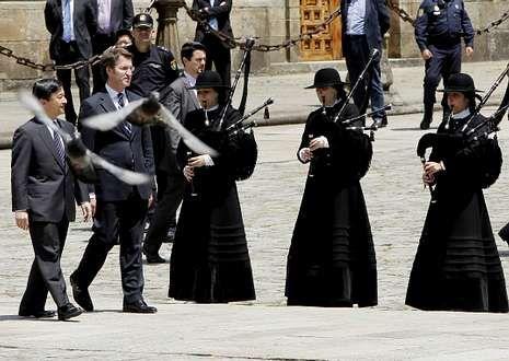 Naruhito, acompañado por Núñez Feijoo, fue recibido con gaitas en el Obradoiro.