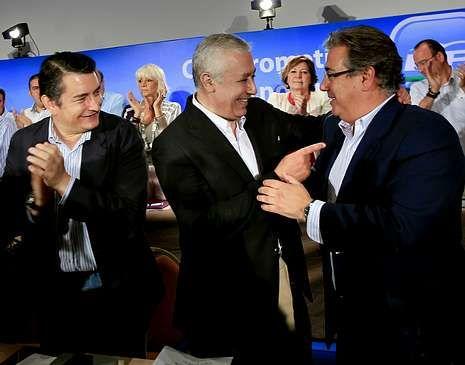 «Podemos mirar a la cara a los parados».<span lang= es-es >Cambio en Andalucía</span>. Javier Arenas abraza a Zoido en la última ejecutiva del PP andaluz que presidió, el pasado día 17.