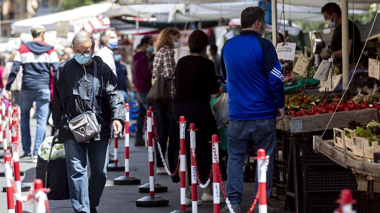 La gente hace cola para la compra en el mercado romano de Boccea Urbano II, con zonas delimitadas