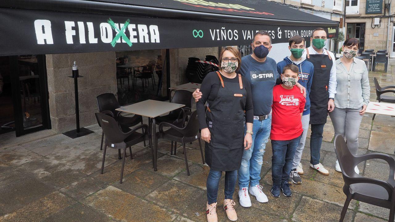 Georgina Rodríguez extiende un cheque al banco de alimentos